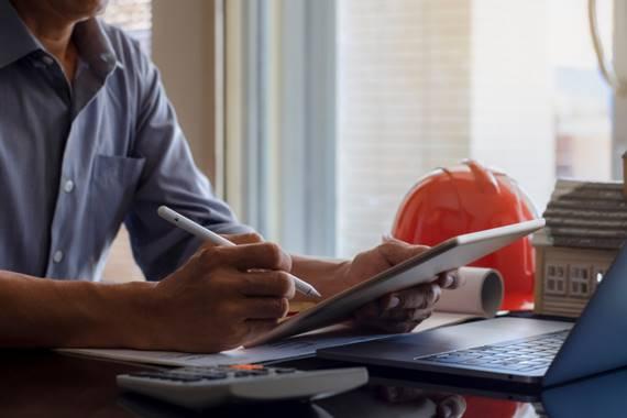 Mearbejder arbejder med elektroniske dokumenter